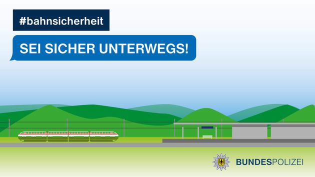 Ein ICE fährt mit hoher Geschwindigkeit